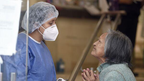 Una enfermera mexicana junto a una paciente en Ciudad de México  - Sputnik Mundo