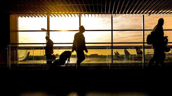 Viajeros en un aeropuerto (imagen referencial) - Sputnik Mundo
