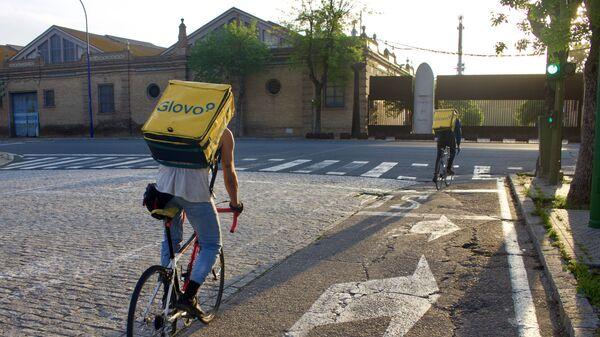 Dos repartidores de Glovo al inicio de su turno de noche en Sevilla - Sputnik Mundo