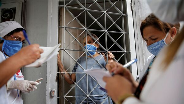 Médicos venezolanos y cubanos haciendo inspecciones de los ciudadanos de Caracas durante el brote del coronavirus en Venezuela - Sputnik Mundo