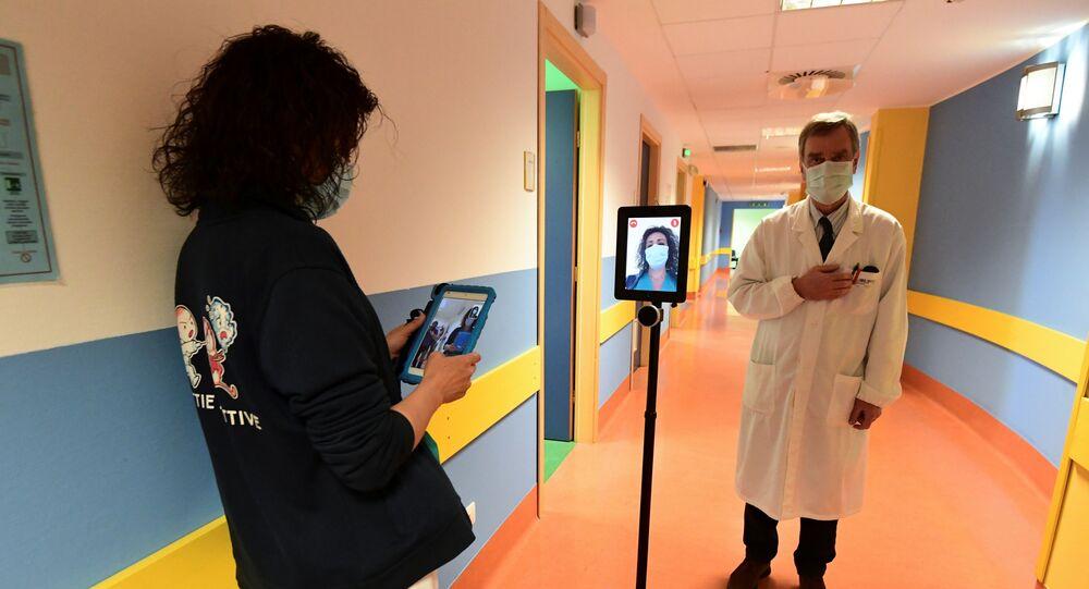Una enfermera usa un robot para ayudar a contagiados por coronavirus en Italia