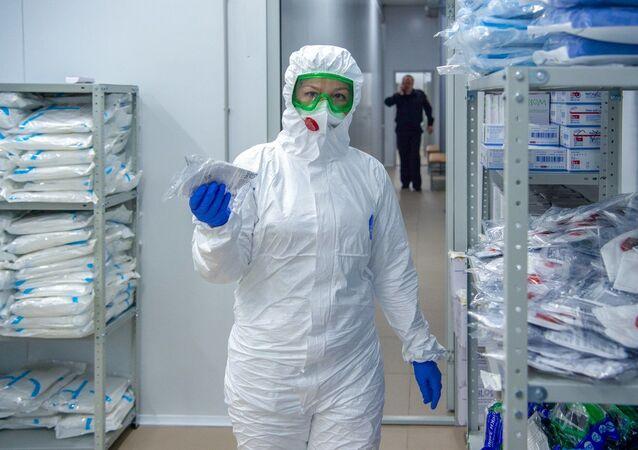 Una médica rusa en traje de protección