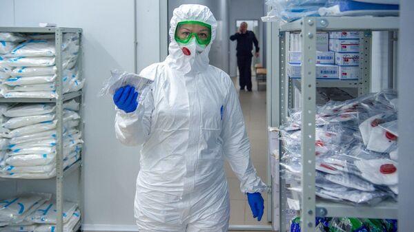 Una médica rusa en traje de protección - Sputnik Mundo
