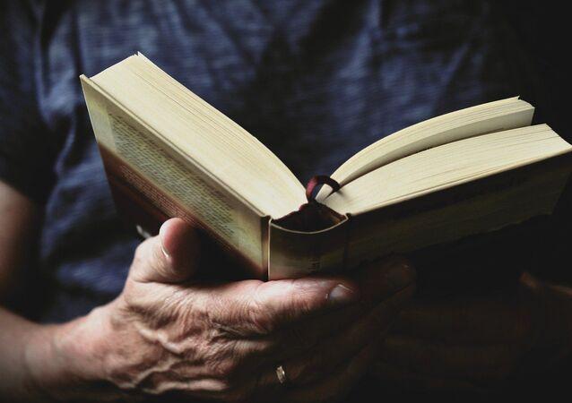 Un lector mira un libro