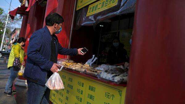 Un hombre compra comida en Pekín, China - Sputnik Mundo