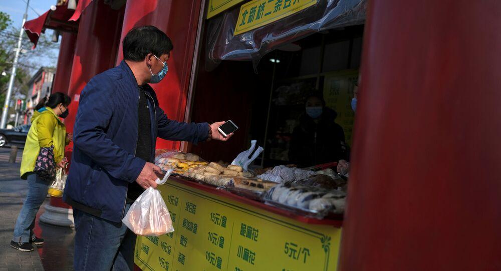Un hombre compra comida en Pekín, China
