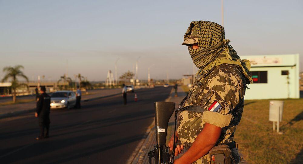 Un efectivo militar de Paraguay durante un control en el marco de las acciones por el brote de COVID-19