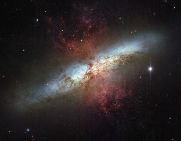 Galaxia M82 (2006) - Sputnik Mundo