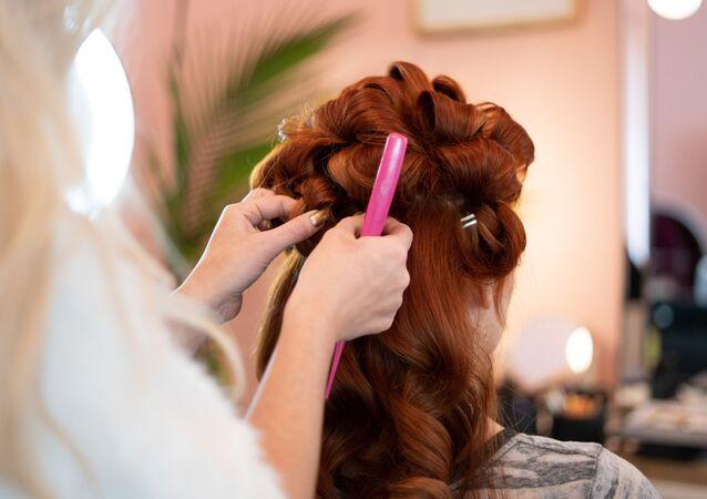 Una mujer en una peluquería (archivo)