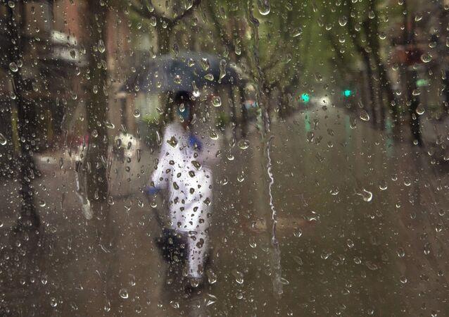 Trabajador sanitario camina por las calles de España