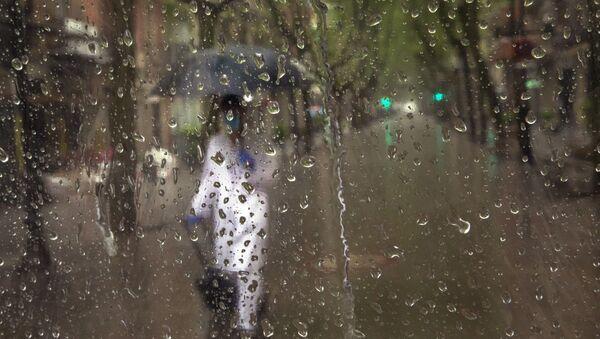 Sanitario camina por las calles de España - Sputnik Mundo