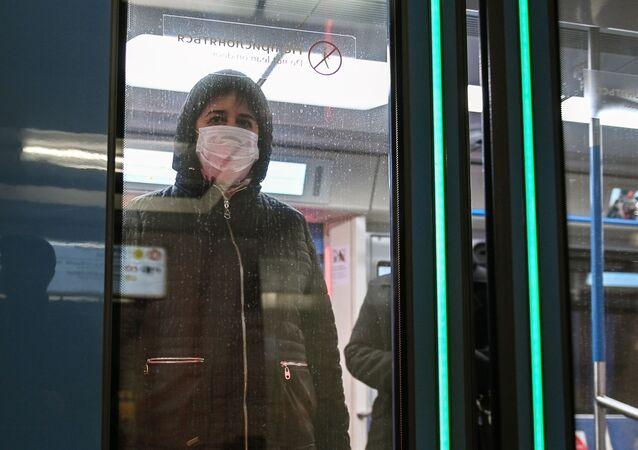 Una mujer en mascarilla en el metro de Moscú