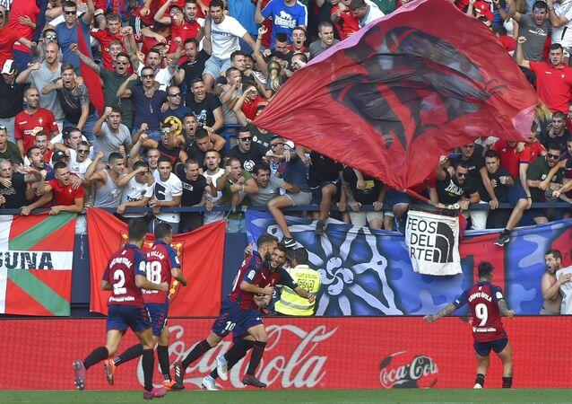 Jugadores del Osasuna celebrando un gol con sus aficionados