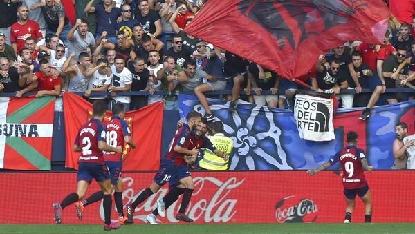 Jugadores del Osasuna celebrando un gol con sus aficionados - Sputnik Mundo