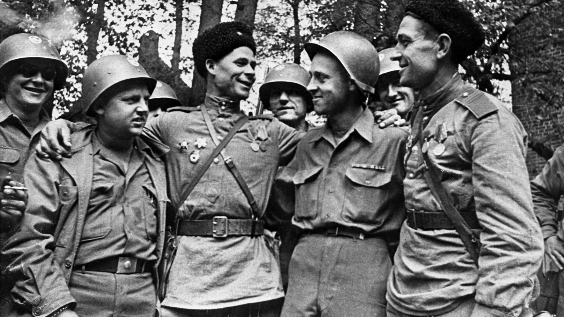 Encuentro entre soldados estadounidenses y soviéticos en el río Elba - Sputnik Mundo, 1920, 10.04.2021