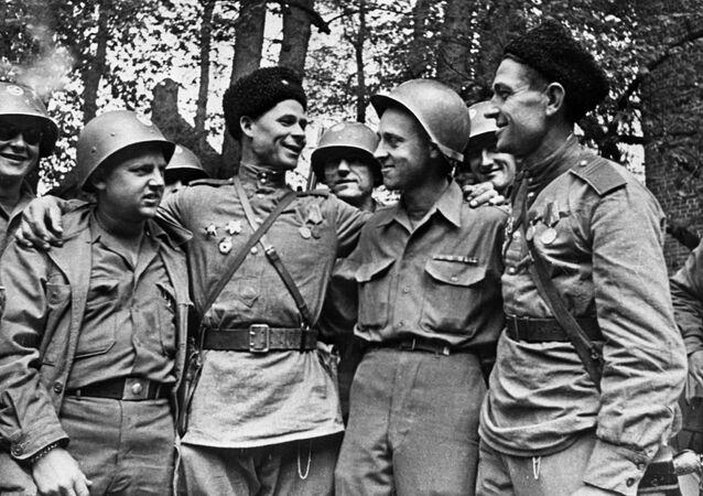 Encuentro entre soldados estadounidenses y soviéticos en el río Elba