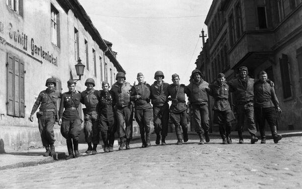 Soldados estadounidenses y soviéticos en la ciudad de Torgau - Sputnik Mundo