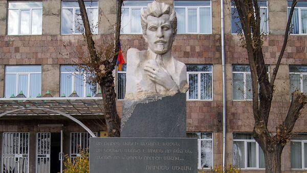 El busto de Rubén Sevak - Sputnik Mundo