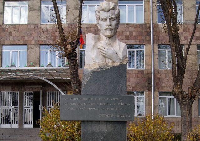 El busto de Rubén Sevak