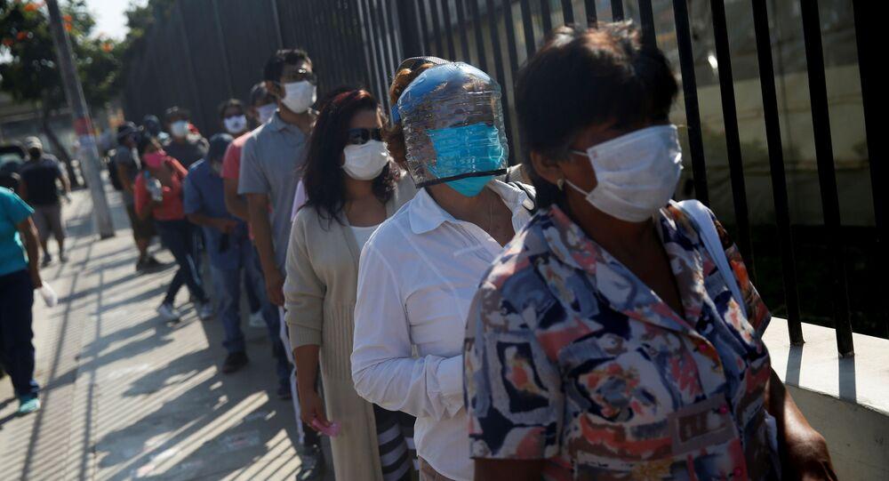 Personas en mascarillas durante el brote de coronavirus en Perú