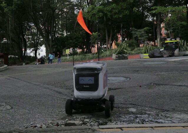 Tecnología punta: despliegan en Medellín robots para repartir comida