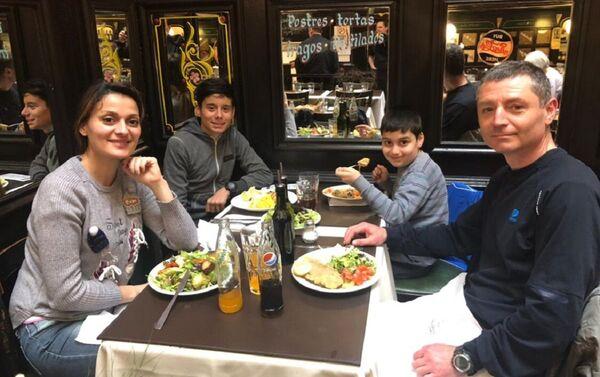 Ala Vardanian con su familia - Sputnik Mundo
