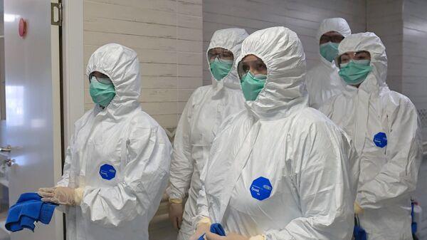 Médicos rusos en trajes de protección - Sputnik Mundo