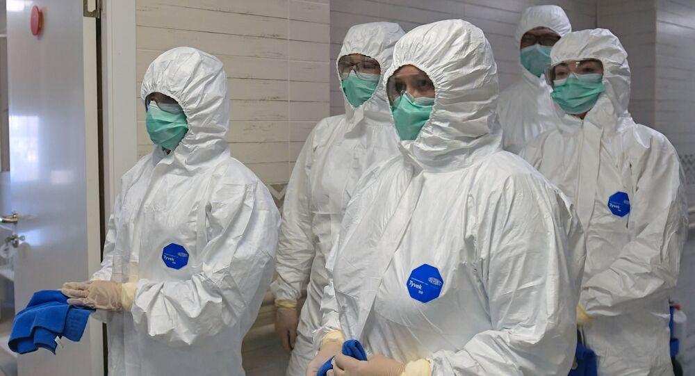 Médicos rusos en trajes de protección