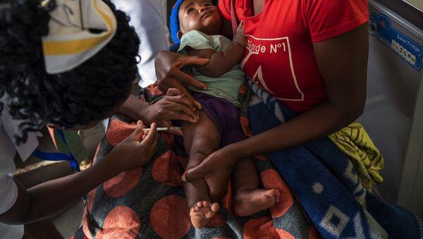Un bebé es vacunado contra la malaria en Malaui - Sputnik Mundo