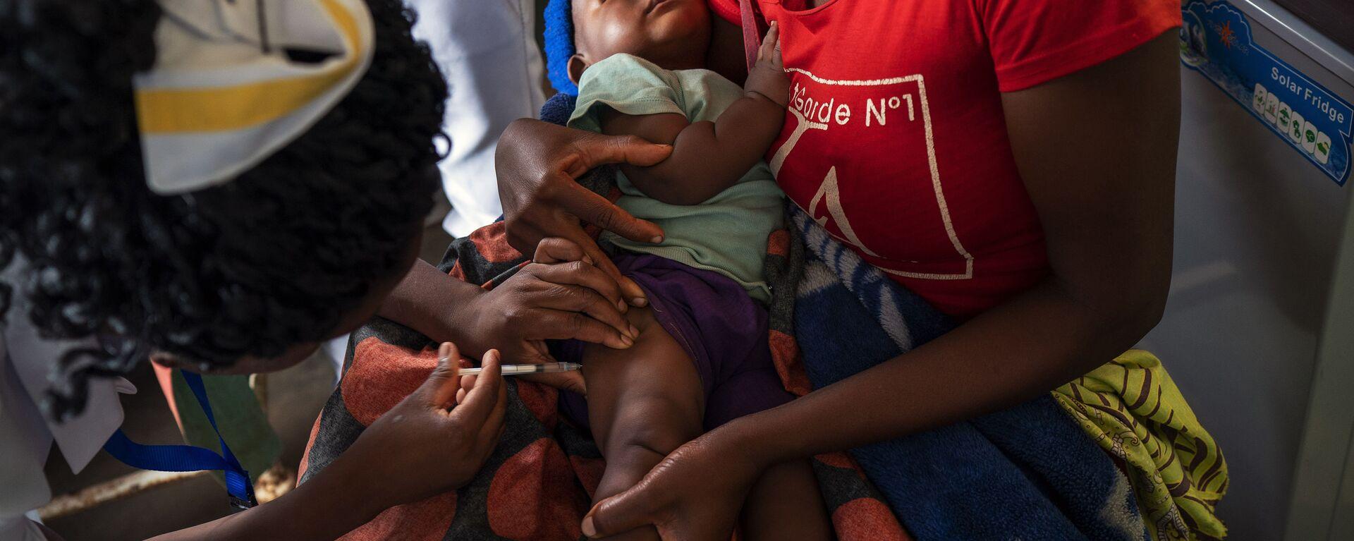 Un bebé es vacunado contra la malaria en Malaui - Sputnik Mundo, 1920, 25.04.2020