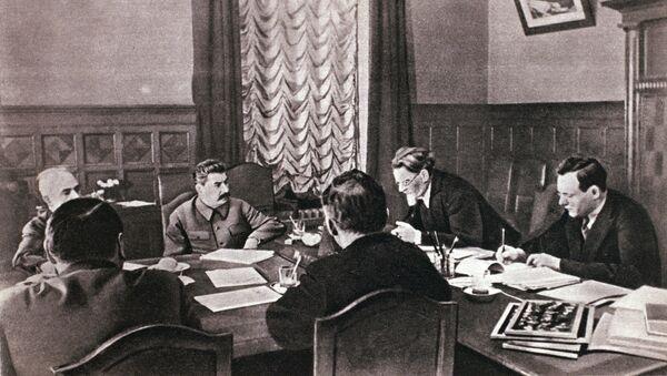 Iósif Stalin, líder soviético, en la reunión junto con el alto mando de la URSS - Sputnik Mundo