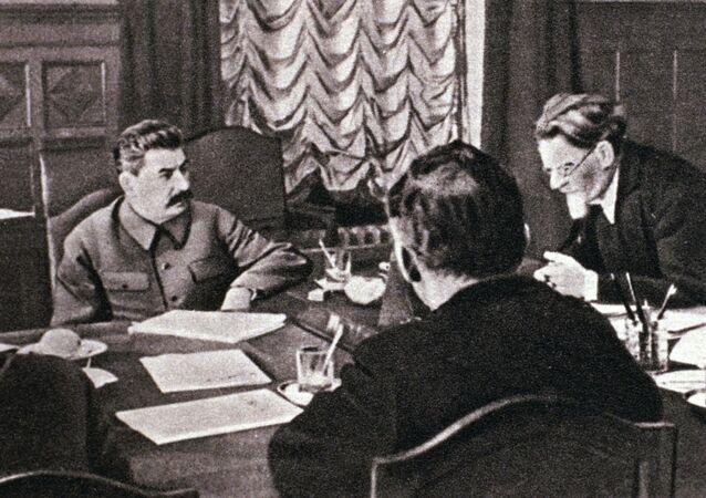 Iósif Stalin, líder soviético, en la reunión junto con el alto mando de la URSS