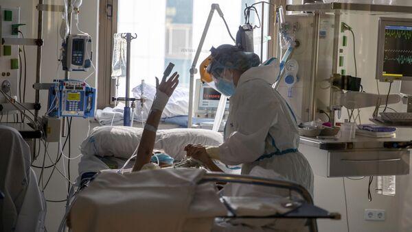 Paciente con coronavirus en el hospital Ramon y Cajal de Madrid (España) - Sputnik Mundo