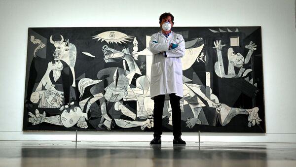 Jorge García Gómez-Tejedor, jefe del departamento de restauración, posa delante del Guernica en el cerrado Museo Reina Sofía de Madrid - Sputnik Mundo