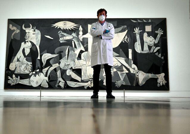 Jorge García Gómez-Tejedor, jefe del departamento de restauración, posa delante del Guernica en el cerrado Museo Reina Sofía de Madrid