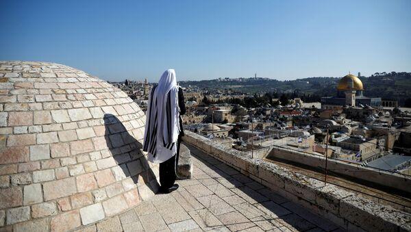Un creyente judío reza en el techo del Muro de las Lamentaciones en Jerusalén - Sputnik Mundo