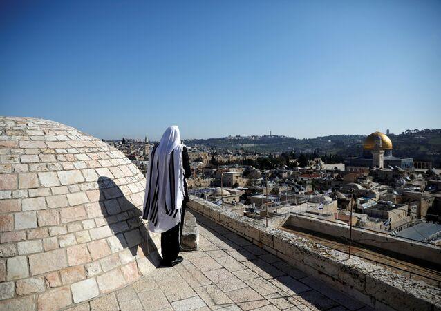 Un creyente judío reza en el techo del Muro de las Lamentaciones en Jerusalén