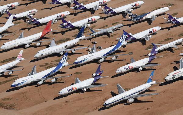 Aviones de varias aerolíneas paralizados por el coronavirus cerca del Aeropuerto de Logística del Sur de California - Sputnik Mundo