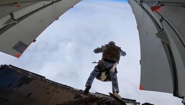 Unos paracaidistas rusos se lanzan al vacío en el Ártico a una altura de vértigo - Sputnik Mundo