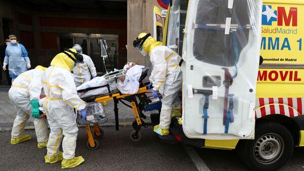 Médicos españoles con un paciente que padece del coronavirus - Sputnik Mundo
