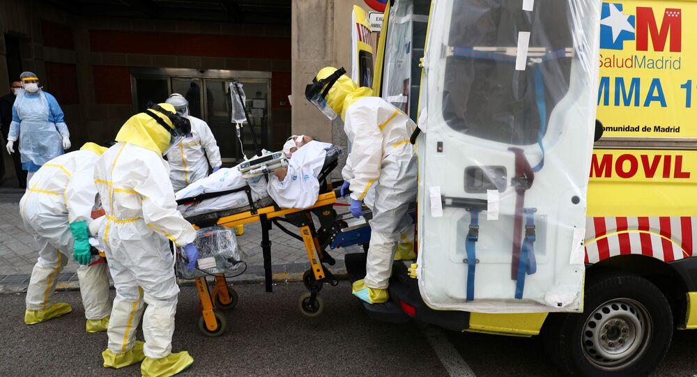Médicos españoles con un paciente que padece del coronavirus