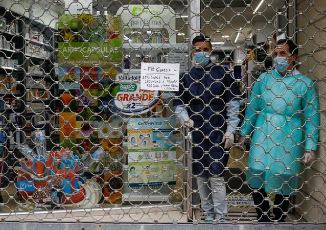 Una farmacia de Ronda, al sur de España, cierra su farmacia durante el estado de alarma