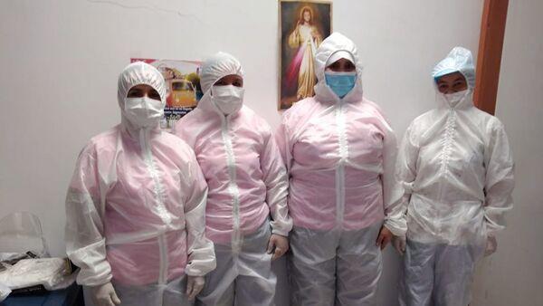 Trabajadores con trajes antifluídos diseñados por la fundación Maryos - Sputnik Mundo