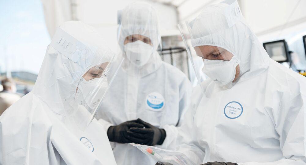 Unos médicos con mascarillas en Polonia