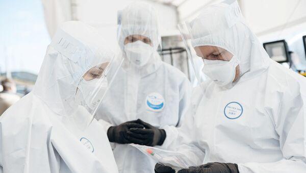 Unos médicos con mascarillas en Polonia - Sputnik Mundo