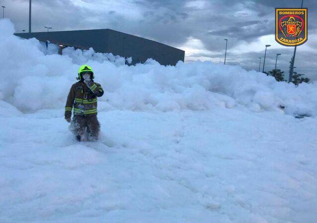 Bombero salva a un trabajador atrapado entre espuma en Zaragoza