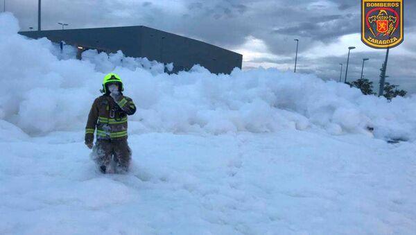 Bombero salva a un trabajador atrapado entre espuma en Zaragoza - Sputnik Mundo