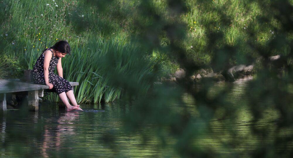 Una chica en una orilla del lago en Bélgica (imagen referencial)