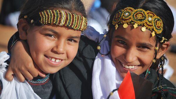 Dos niñas saharauis en un campamento de Argelia.  - Sputnik Mundo