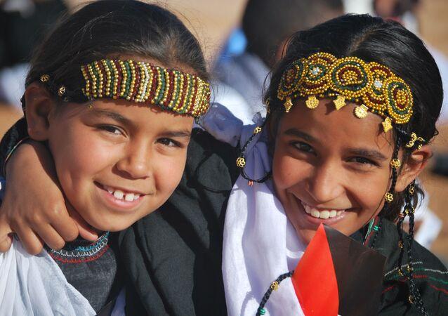 Dos niñas saharauis en un campamento de Argelia.